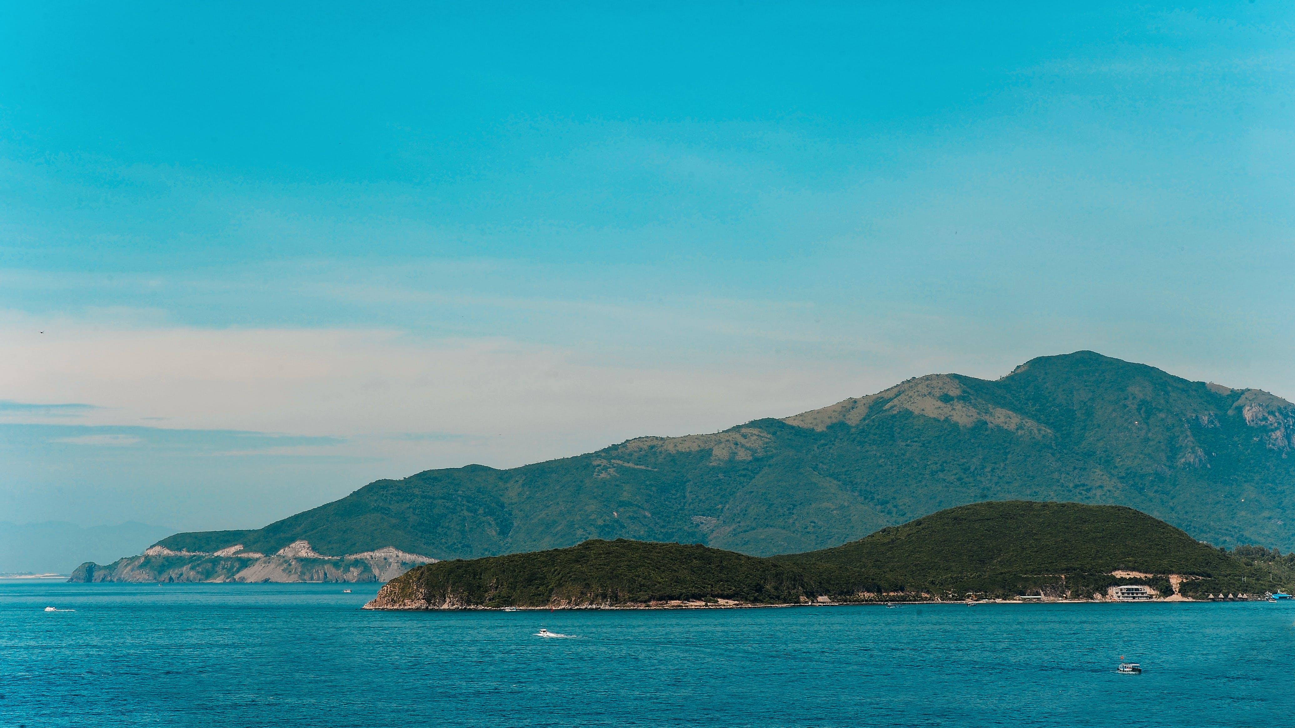 Kostnadsfri bild av båt, bergen, dagsljus, grön