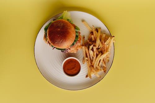 Photos gratuites de aliments, arrière-plan jaune, assiette