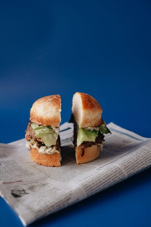 Gratis stockfoto met belegd broodje, blauwe achtergrond, boterham