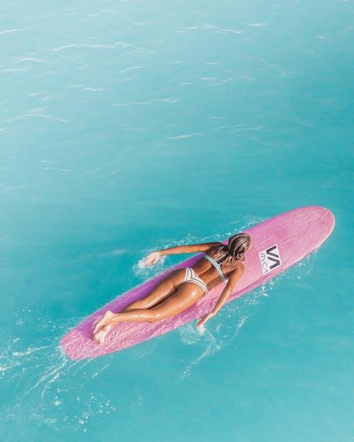 Photos gratuites de eau bleue, eau cristalline, faire du surf