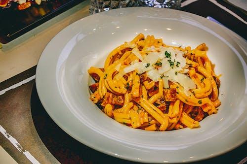 Безкоштовне стокове фото на тему «білий, їжа, керамічна тарілка, макарони»