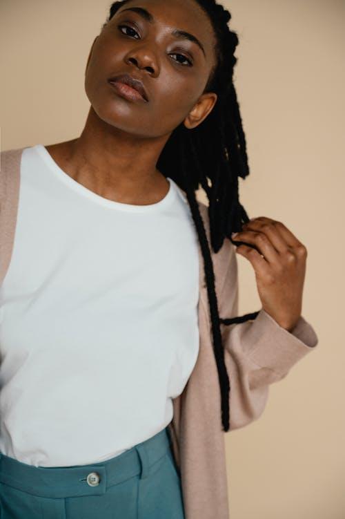 Gratis lagerfoto af afroamerikansk, ansigtstræk, beige baggrund