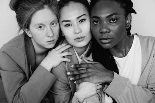 Darmowe zdjęcie z galerii z czarno-biały, kobiety, konceptualny