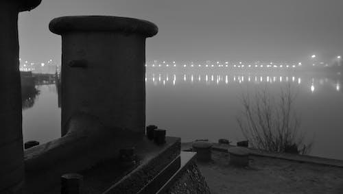 คลังภาพถ่ายฟรี ของ กลางคืน, ขาวดำ, ต้นไม้, ผนังริมแม่น้ำ