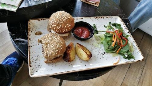 Ilmainen kuvapankkikuva tunnisteilla burgeri, ketsuppi, perunat, ruoka