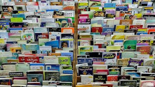 Ilmainen kuvapankkikuva tunnisteilla arabialaiset kirjat, kirjahyllyt, kirjat, värikäs