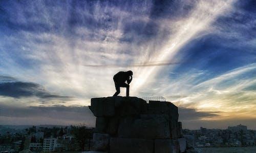 Ilmainen kuvapankkikuva tunnisteilla asento, auringonlasku, mies, pilvet
