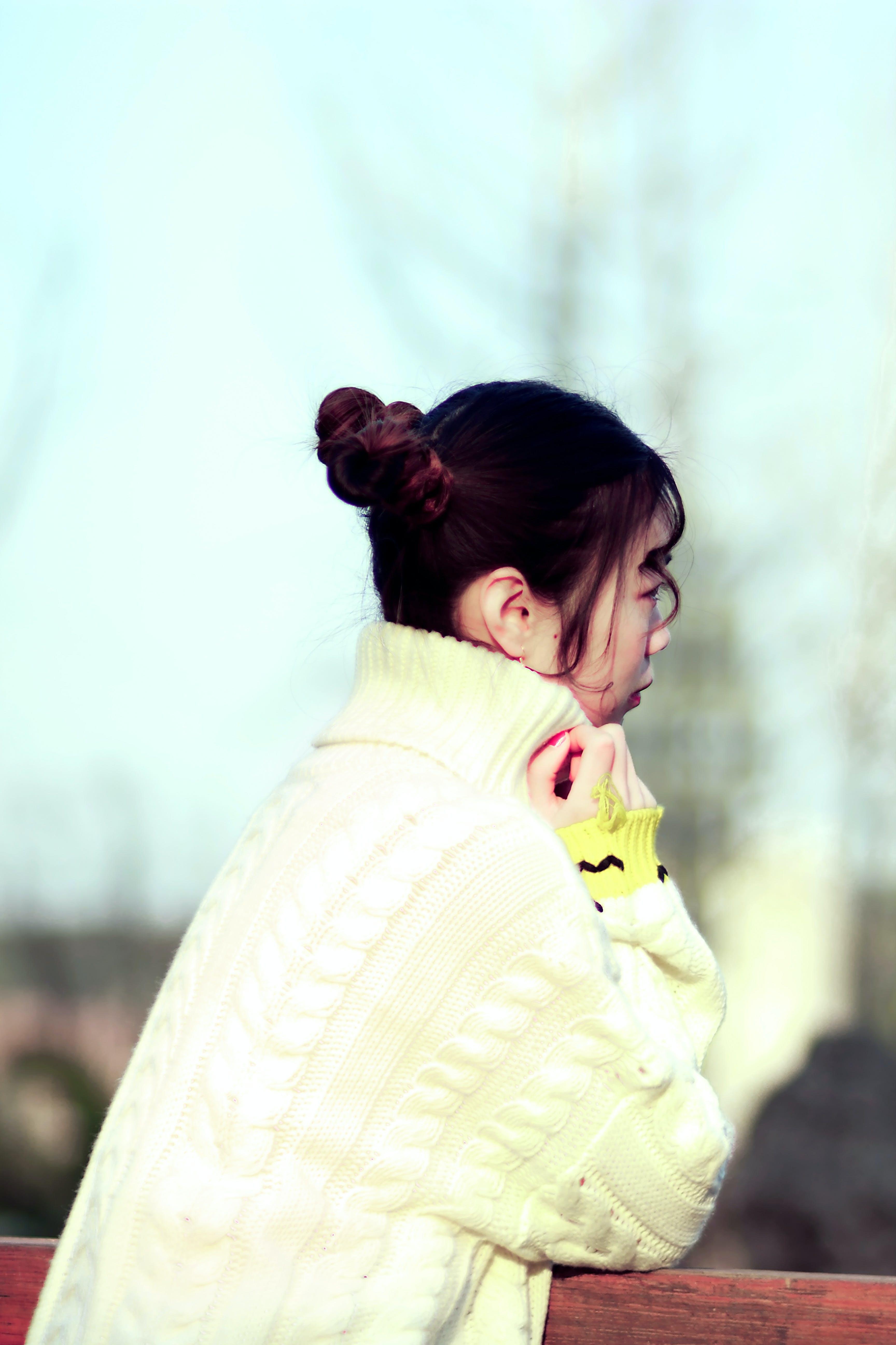 Darmowe zdjęcie z galerii z azjatycki, dziewczyna, kręcone włosy, patrzyć