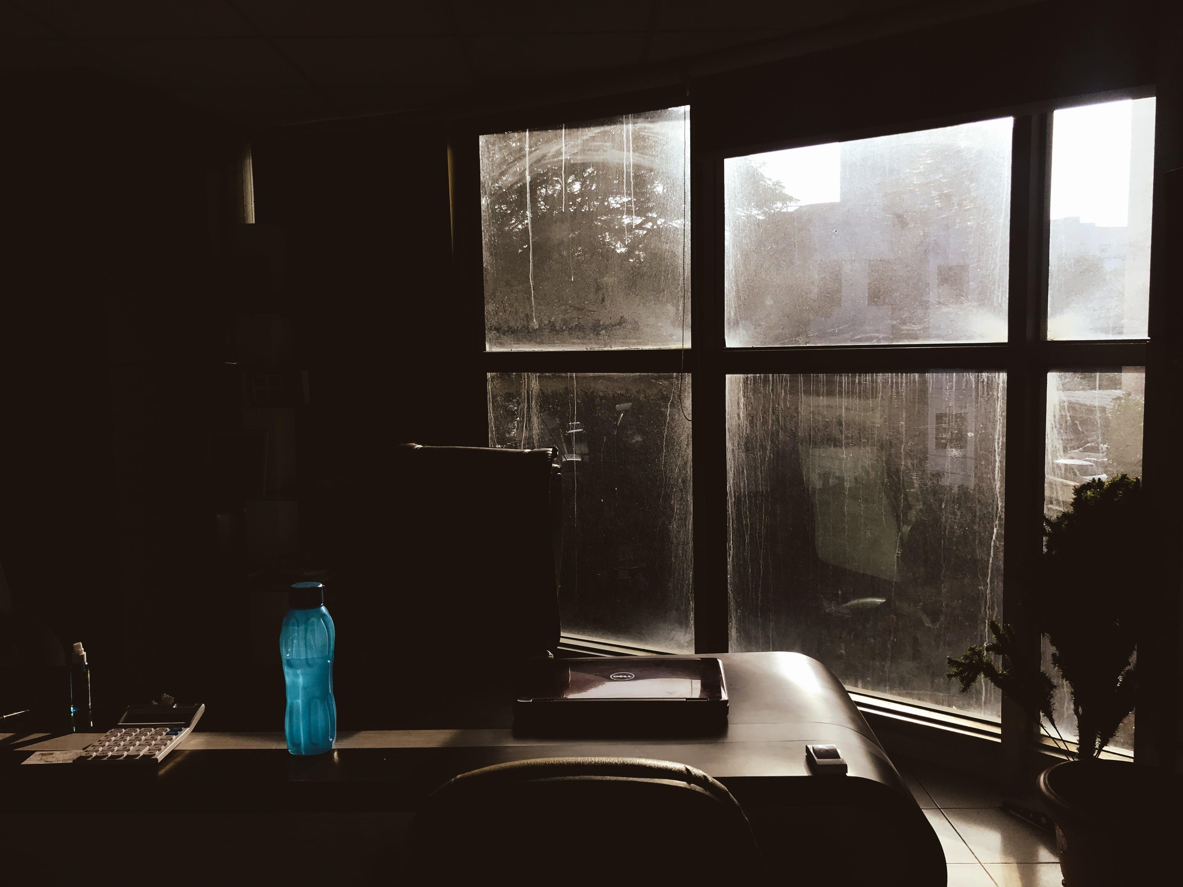 Kostenloses Stock Foto zu büro, drinnen, dunkel, flasche