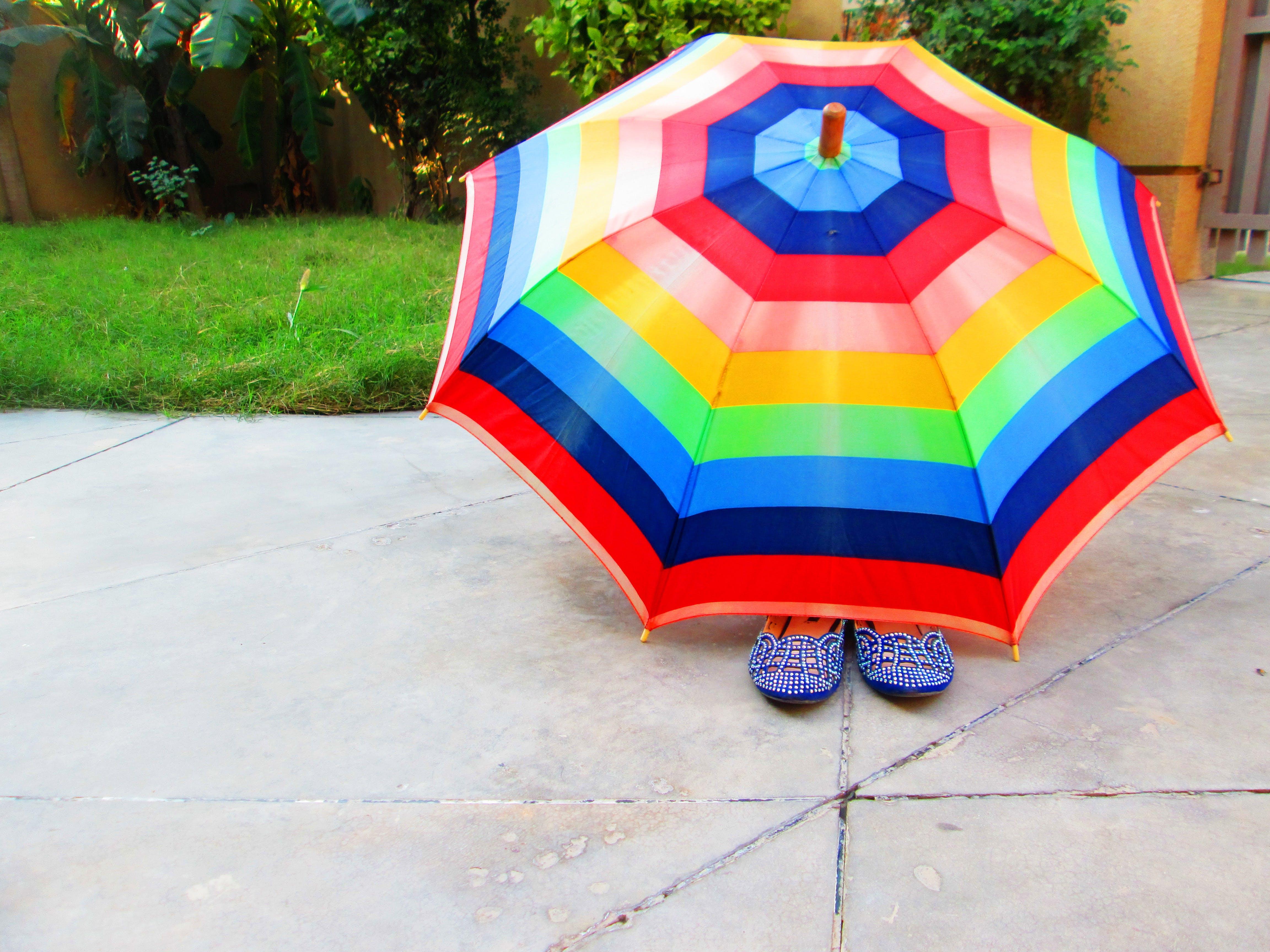 Ilmainen kuvapankkikuva tunnisteilla aurinko, aurinkovarjo, jalkineet, kesä