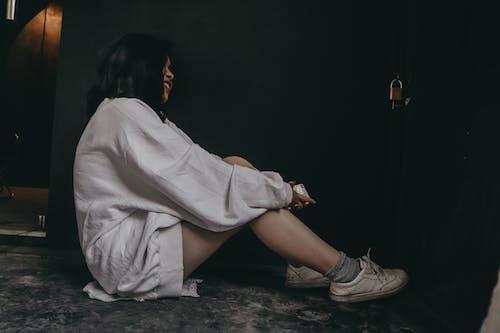 Безкоштовне стокове фото на тему «взуття, вид збоку, всередині, Дівчина»