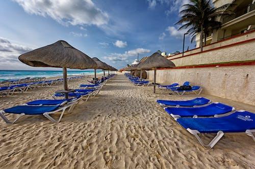 Ilmainen kuvapankkikuva tunnisteilla aurinko, aurinkotuoleja, aurinkovarjo, hiekka