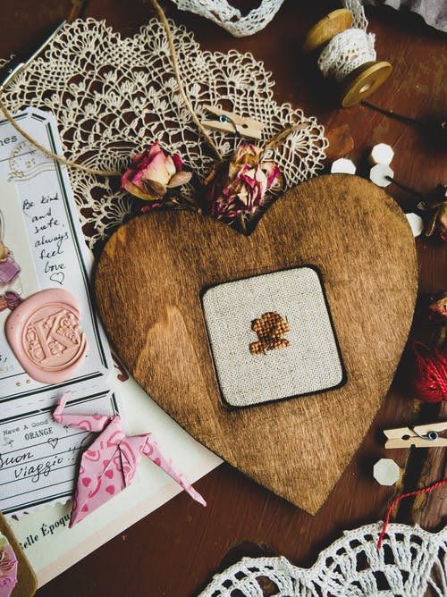 Fotos de stock gratuitas de angulo alto, artesanía, bordado