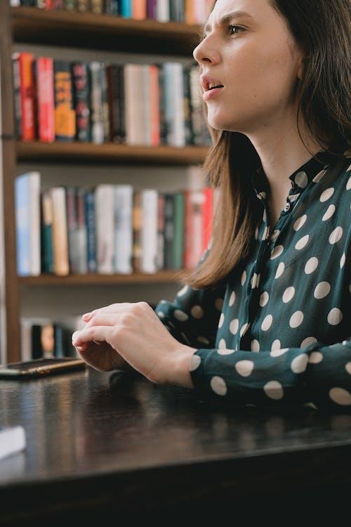 Безкоштовне стокове фото на тему «академічний, Бібліотека, Блузка»