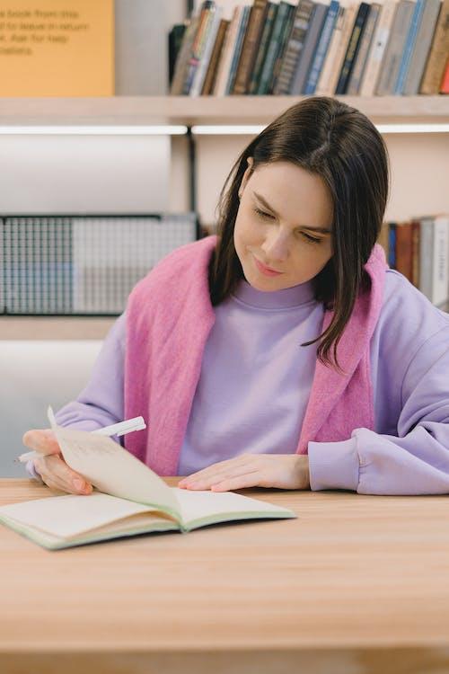 Fotobanka sbezplatnými fotkami na tému analyzovať, bruneta, čítať