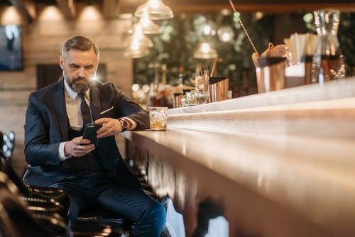 Foto profissional grátis de aparelho eletrônico, balcão de bar, bebida alcoólica