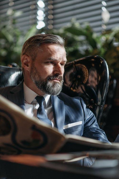 Fotobanka sbezplatnými fotkami na tému biznis oblek, brada, čítanie