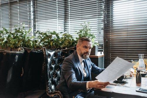 Foto profissional grátis de barba, bem-sucedido, cadeira