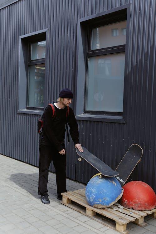 Fotos de stock gratuitas de edificio, hombre, mochila