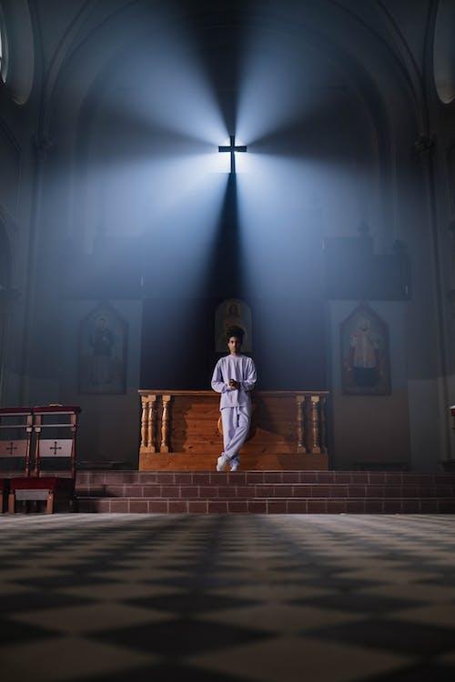 Foto profissional grátis de altar, cabelo afro, capela