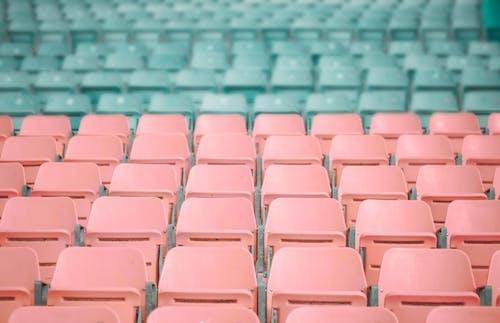 Ilmainen kuvapankkikuva tunnisteilla istuimet, katsomo, muovi, pastelli