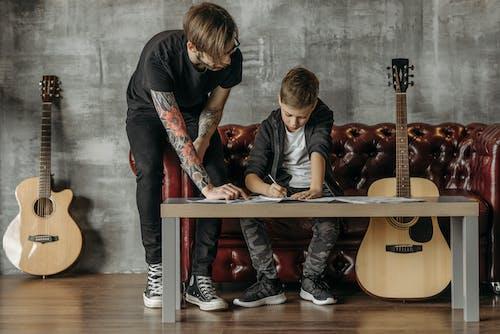 Gratis stockfoto met aan het studeren, akoestische gitaren, gitaar lessen