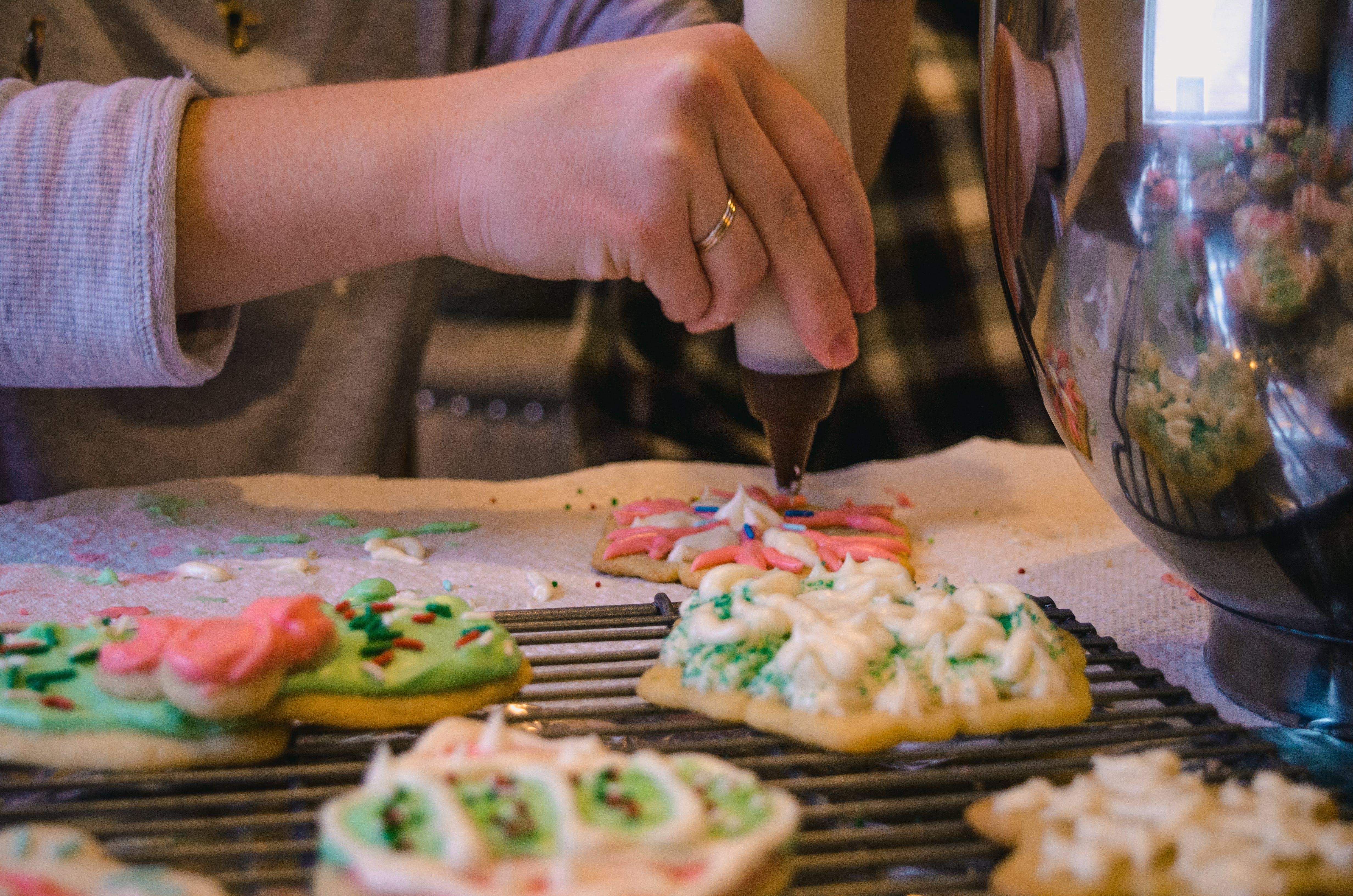 Gratis lagerfoto af bage, delikat, glasur, hånd