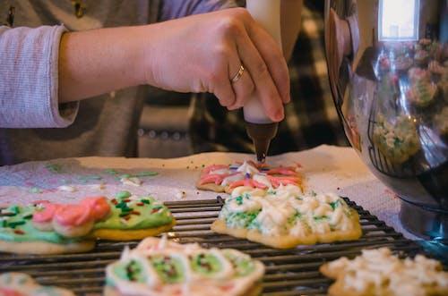 dekore etmek, el, fırında pişirmek, Gıda içeren Ücretsiz stok fotoğraf