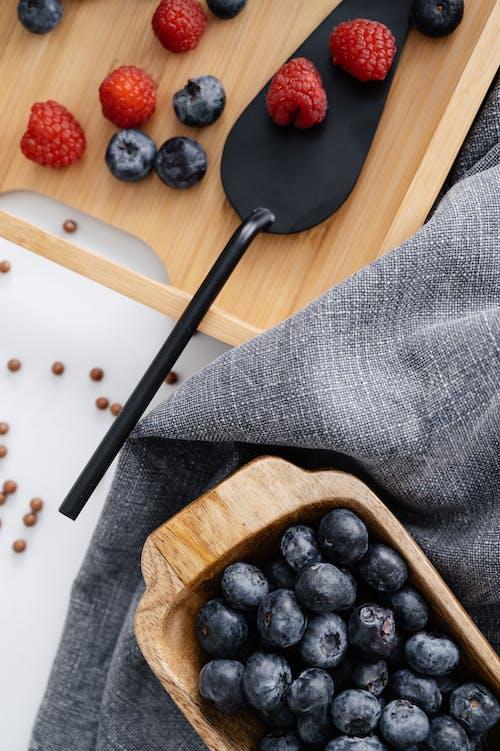 Fotos de stock gratuitas de arándanos azules, bandeja de madera, comida sana