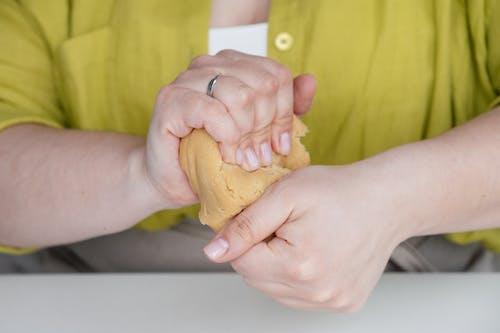 Darmowe zdjęcie z galerii z anonimowy, bez twarzy, chleb