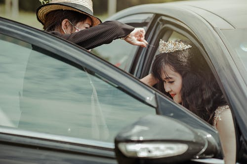 Ingyenes stockfotó autó, emberek, jármű, kalap témában