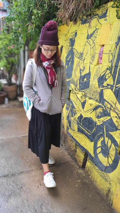 Photos gratuites de belle jeune femme, froid, mur jaune