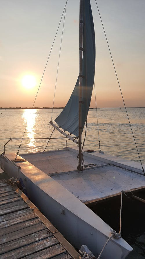 Photos gratuites de bateau, coucher de soleil sur la plage, jaune doré