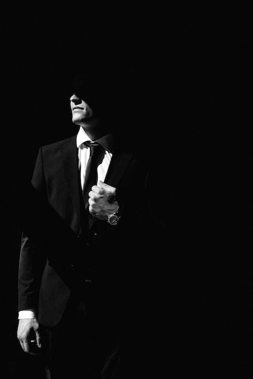 Foto profissional grátis de escala de cinza, homem, monocromático