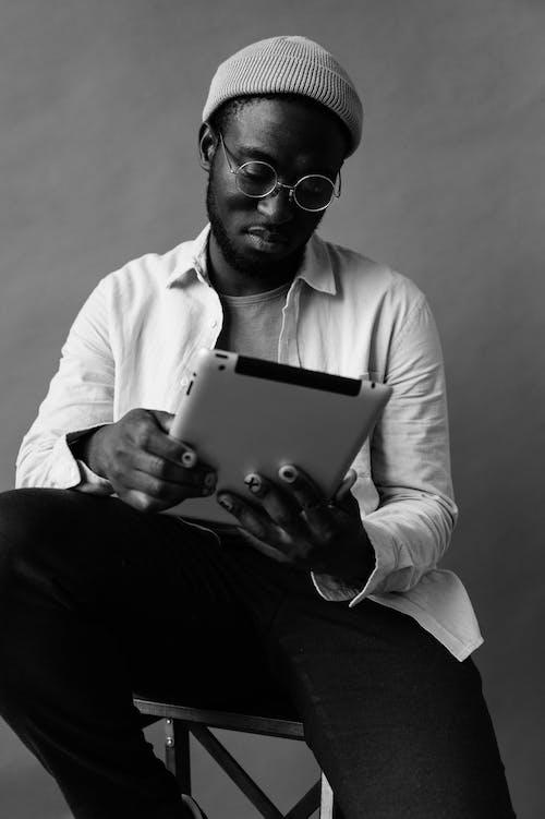 Základová fotografie zdarma na téma afroameričan, bezdrátový, brýle