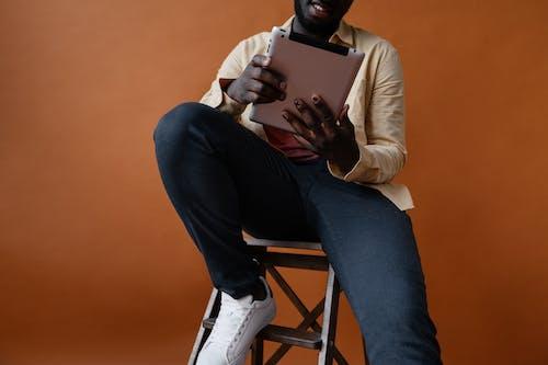 Gratis stockfoto met Afro-Amerikaanse man, anoniem, apparaat
