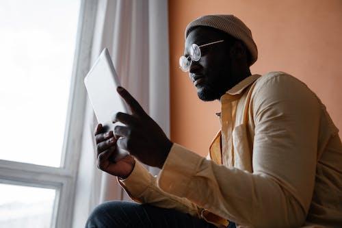 Gratis stockfoto met Afro-Amerikaanse man, apparaat, apparaatje