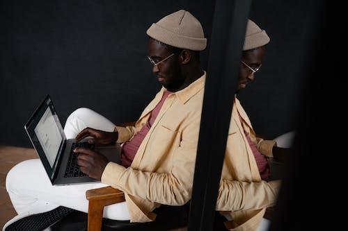 Gratis stockfoto met afgelegen, Afro-Amerikaanse man, apparaat