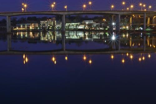 Gratis arkivbilde med bro, bylys, lysrefleksjoner, refleksjoner