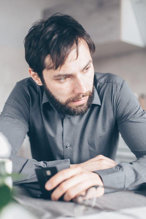 adam, akıl, akıllı telefon içeren Ücretsiz stok fotoğraf