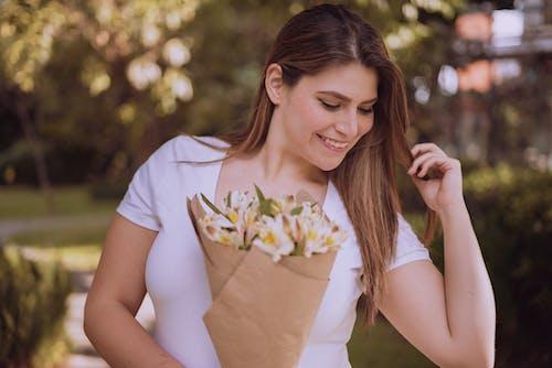 Gratis lagerfoto af blomster, buket, holde