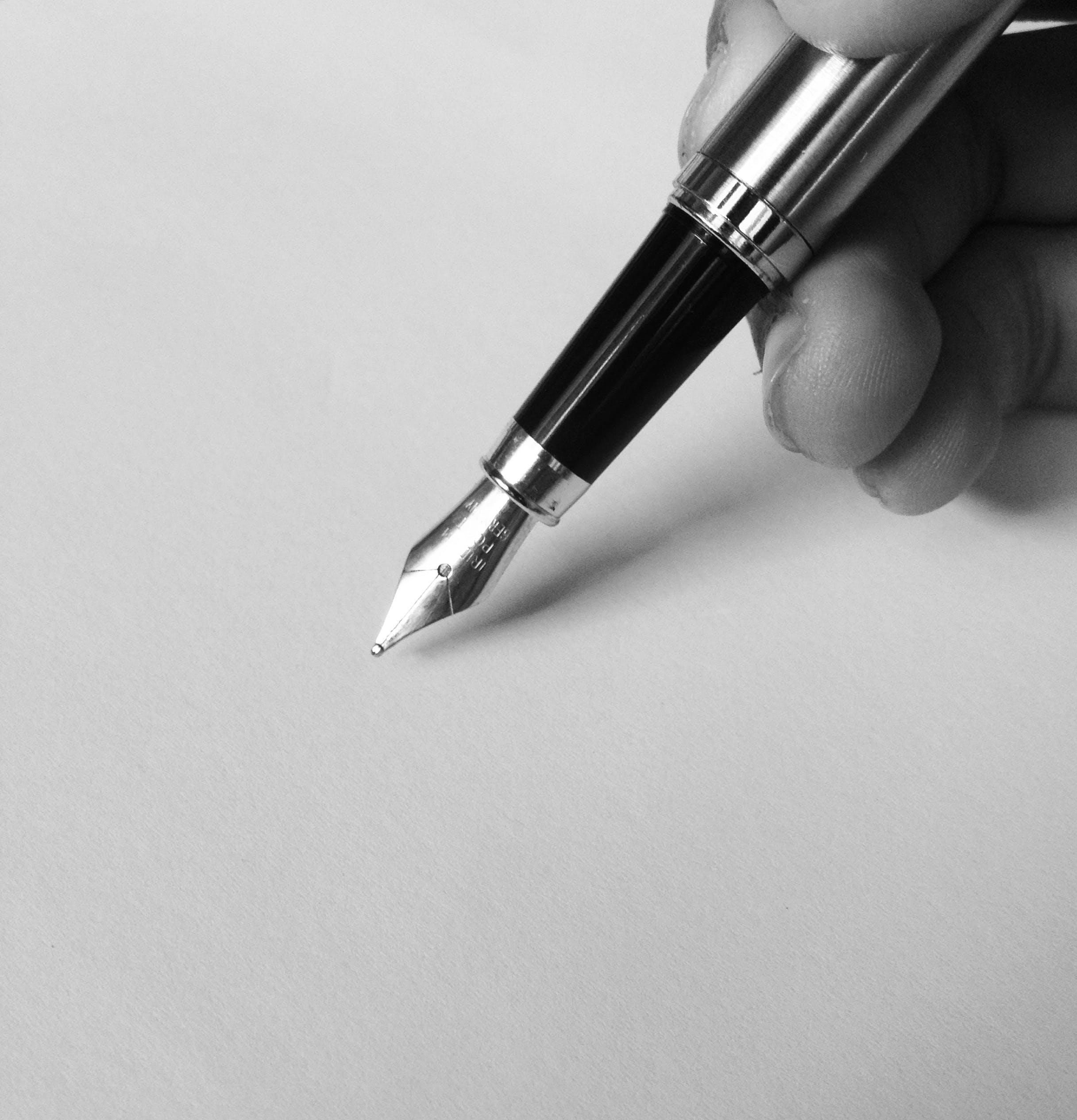 Gratis arkivbilde med fyllepenn, penn, svart-hvitt