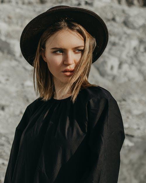https://www.pexels.com/photo/trendy-woman-in-black-hat-standing-in-nature-7538098/