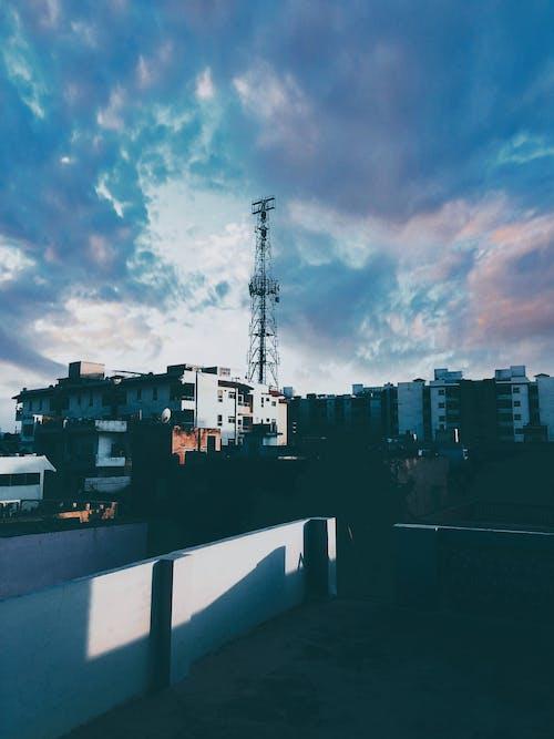 apartman binaları, bulutlar, bulutlu gökyüzü, Mavi gökyüzü içeren Ücretsiz stok fotoğraf