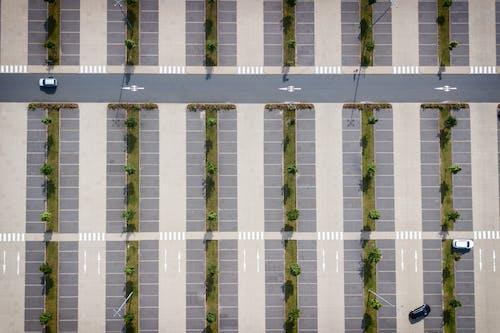 Foto d'estoc gratuïta de aeri, aparcament, arquitectura, càmera de dron