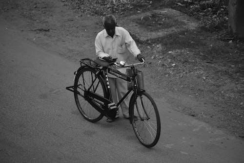 Foto d'estoc gratuïta de adult, ancians, bici, blanc i negre