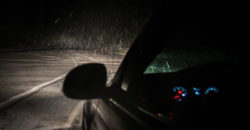 下雪, 交通系統, 晚上, 景觀 的 免費圖庫相片