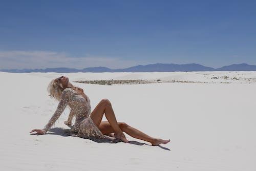 Fotos de stock gratuitas de actitud, arena, Desierto, mujer