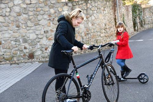 Photos gratuites de asphalte, bicyclette, blond, caillou
