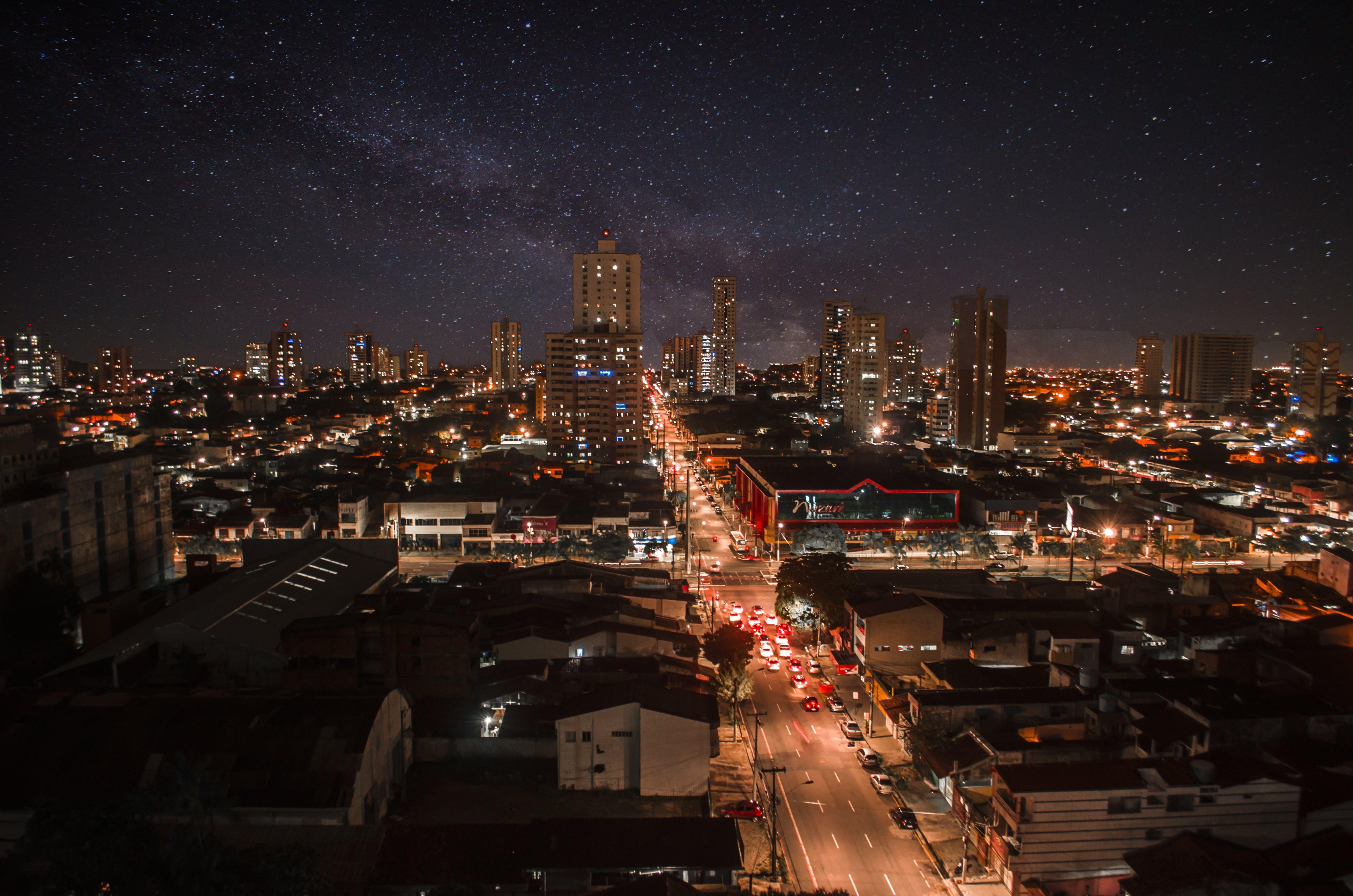 Gratis lagerfoto af aften, arkitektur, biler, by